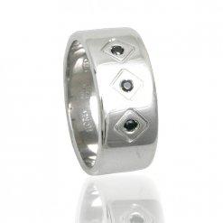 anello da uomo in argento e pietre